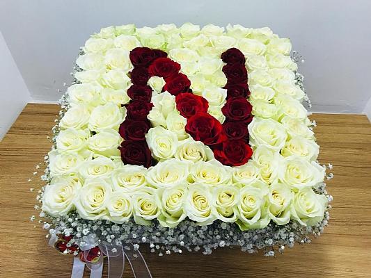 beyaz kırmızı güllerden sevdiğiniz kişinin ismine özel aranjman